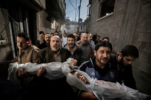 Gaza Burial, World Press Photo 2013 winning picture by Paul Hansen